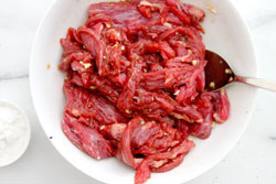 Mix beef with soy sauce, garlic and cornstarch