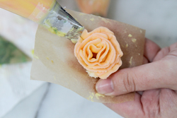 Make roses with buttercream