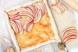 Arrange apple slices